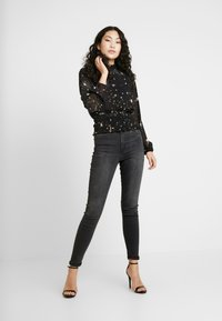 Missguided Tall - SPACE PRINT SHIRRED CROP - Blouse - black - 1