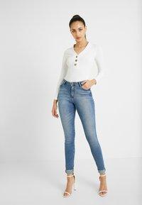 Missguided Tall - BUTTON V NECK BODYSUIT - Camiseta de manga larga - white - 1