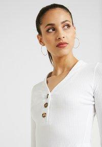 Missguided Tall - BUTTON V NECK BODYSUIT - Camiseta de manga larga - white - 4