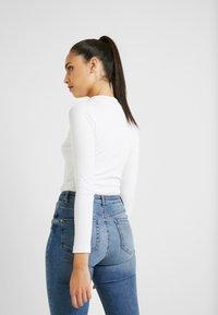 Missguided Tall - BUTTON V NECK BODYSUIT - Camiseta de manga larga - white - 2
