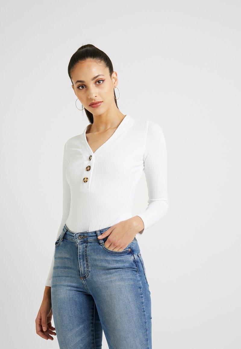 Missguided Tall - BUTTON V NECK BODYSUIT - Camiseta de manga larga - white