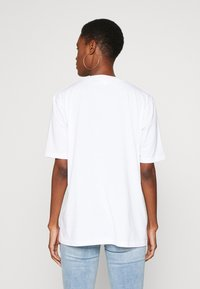 Missguided Tall - EXCLUSIVE COFFEE MAKES ME SMILE - T-shirts med print - white - 2
