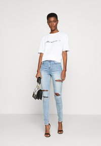 Missguided Tall - EXCLUSIVE COFFEE MAKES ME SMILE - T-shirts med print - white - 1