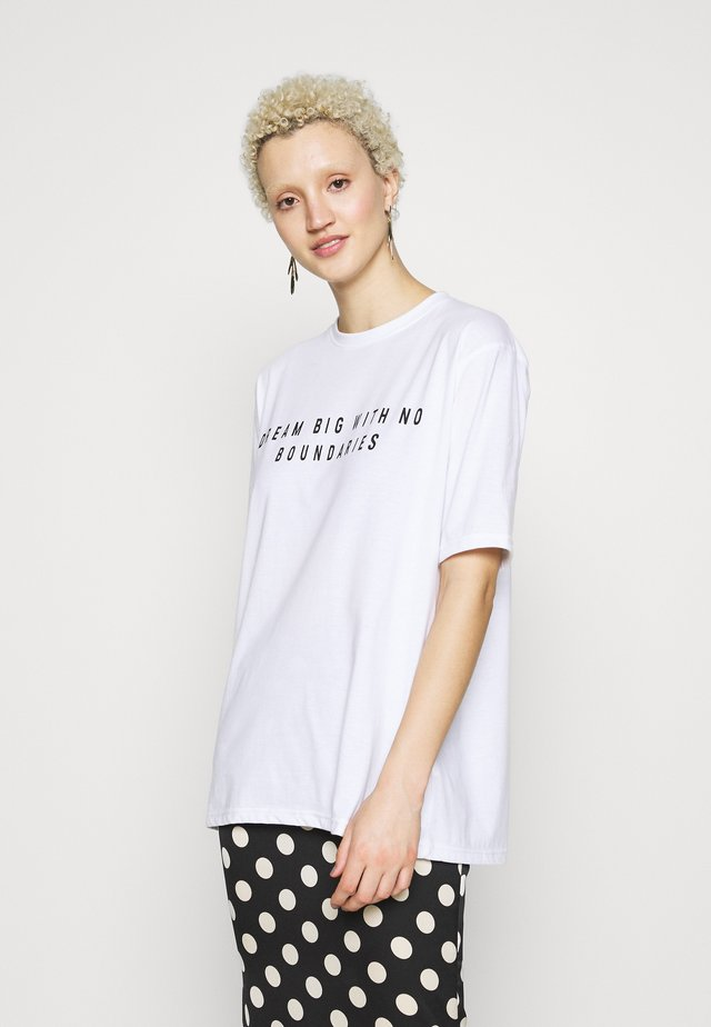EXCLUSIVE DREAM BIG WITH NO BOUNDERIES - Print T-shirt - white
