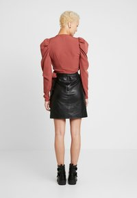 Missguided Tall - PUFF SLEEVE WRAP CROP - Blus - rust - 2