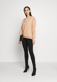 Missguided Tall - DREAMER EMBROIDERED SLOGAN  - Sweatshirt - tan - 1