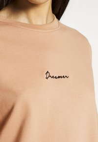 Missguided Tall - DREAMER EMBROIDERED SLOGAN  - Sweatshirt - tan - 5