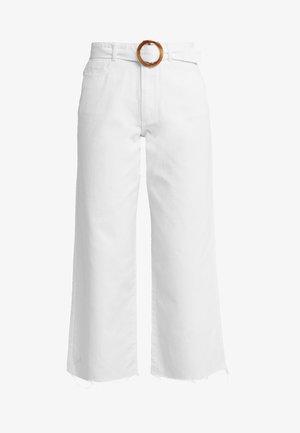 SHELL BELTED WIDE - Široké džíny - white