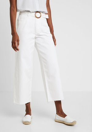 SHELL BELTED WIDE - Jeans a zampa - white