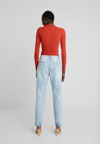 Missguided Tall - RIOT DROP HEM EXPOSED FLY BUTTON MOM - Jeansy Relaxed Fit - blue - 2