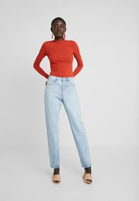 Missguided Tall - RIOT DROP HEM EXPOSED FLY BUTTON MOM - Jeans relaxed fit - blue - 1