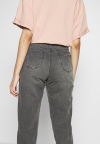 Missguided Tall - RIOT HIGH WAISTED MOM - Relaxed fit jeans - washed black - 4