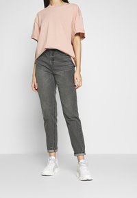 Missguided Tall - RIOT HIGH WAISTED MOM - Relaxed fit jeans - washed black - 0