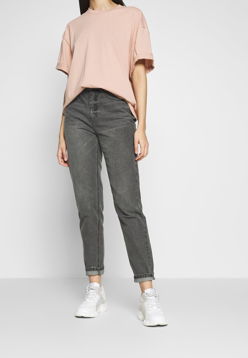 Missguided Tall - RIOT HIGH WAISTED MOM - Relaxed fit jeans - washed black