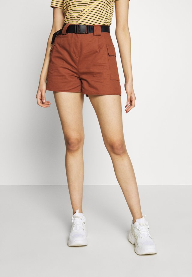 POCKET DETAILING AND BELT - Shortsit - brown