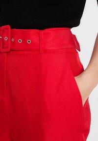 Mint Velvet - CHILI BUCKLED PEG LEG TROUSER - Bukser - red - 4
