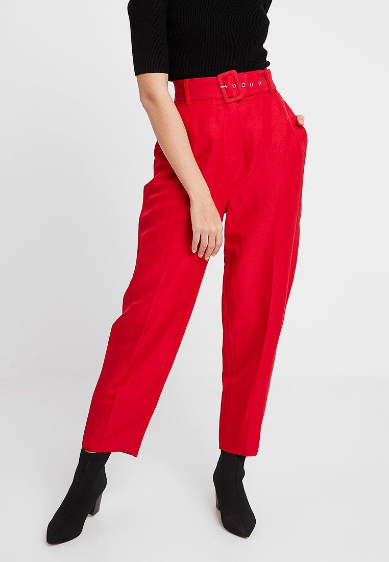 Mint Velvet - CHILI BUCKLED PEG LEG TROUSER - Bukser - red