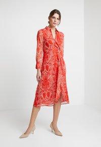 Mint Velvet - TORI TWIST DRESS - Hverdagskjoler - red - 1