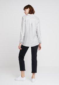 Mint Velvet - TWIST FRONT STRIPE - Skjortebluser - white - 2