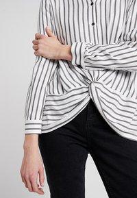 Mint Velvet - TWIST FRONT STRIPE - Skjortebluser - white - 5