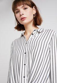 Mint Velvet - TWIST FRONT STRIPE - Skjortebluser - white - 3