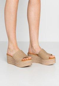 Mis Pepas - Pantofle na podpatku - zueoc/natural - 0