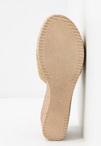 Mis Pepas - Pantofle na podpatku - zueoc/natural - 6