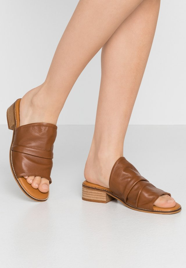 Pantofle - atenea tabaco