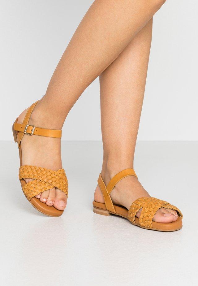 Sandaalit nilkkaremmillä - safron