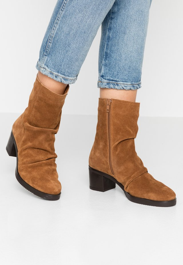 LUCIA - Classic ankle boots - habana