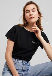 Miss Green - WHAT A WONDERFUL WORLD - T-shirts print - black - 3