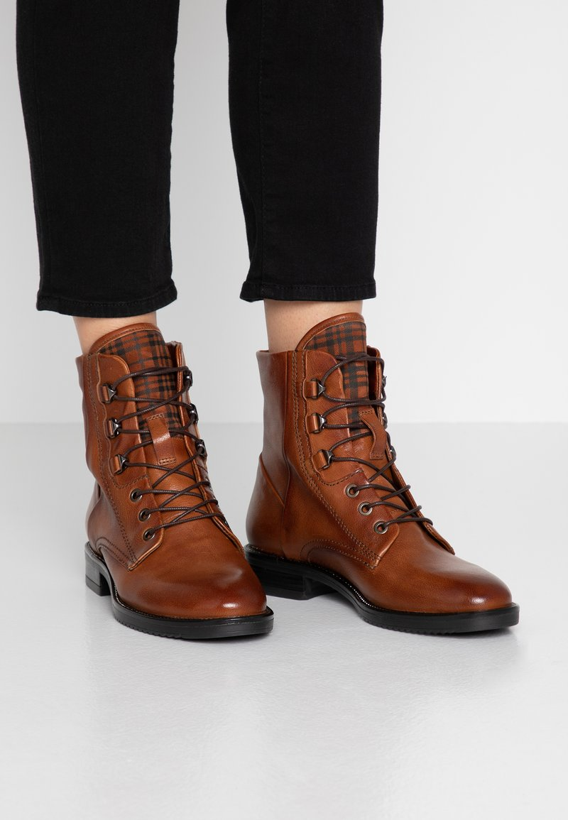 MJUS - Bottines à lacets - brandy