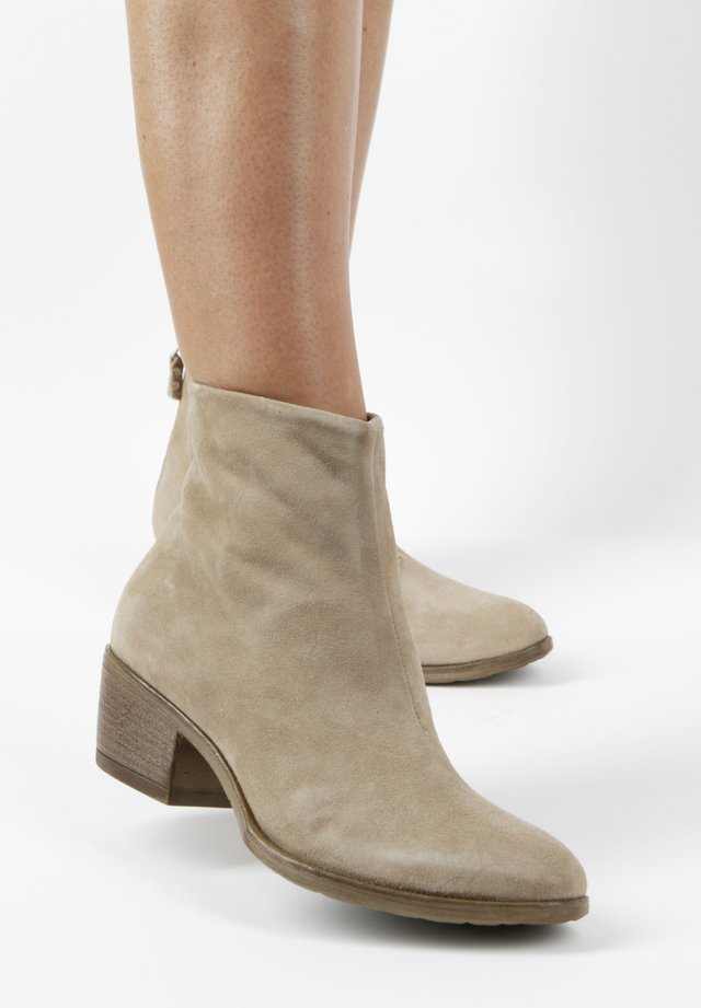 STIEFELETTEN - Classic ankle boots - beige