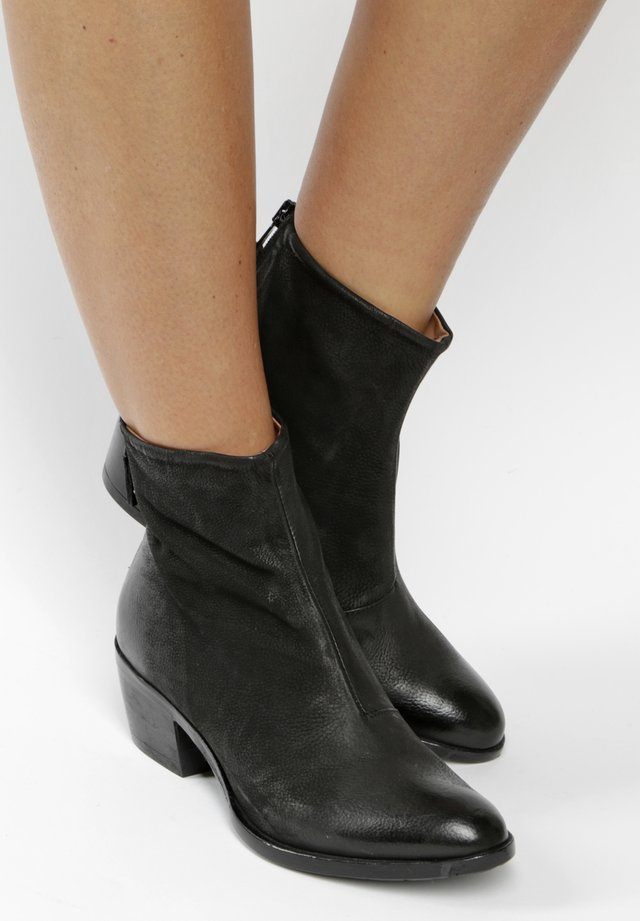 STIEFELETTEN - Classic ankle boots - black