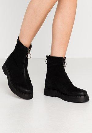 Kotníkové boty na platformě - nero/canella