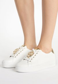 MICHAEL Michael Kors - POPPY LACE UP - Sneakersy niskie - optic white - 0