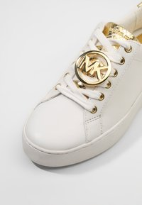 MICHAEL Michael Kors - POPPY LACE UP - Sneakersy niskie - optic white - 6