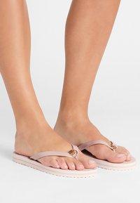 MICHAEL Michael Kors - STRIPE EVA - Sandály s odděleným palcem - ballet - 0