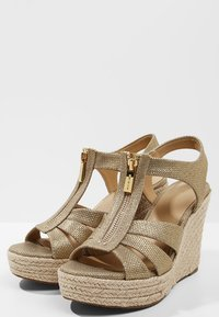 MICHAEL Michael Kors - BERKLEY WEDGE - Sandály na platformě - pale gold - 4