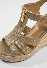 MICHAEL Michael Kors - BERKLEY WEDGE - Sandály na platformě - pale gold - 2