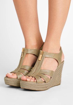 BERKLEY WEDGE - Platåsandaletter - pale gold