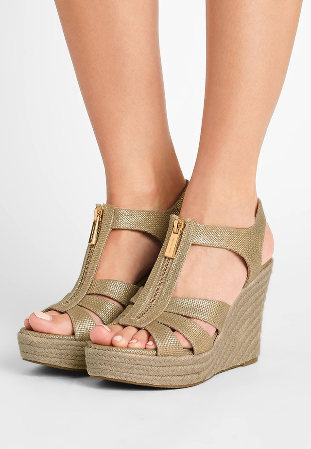 BERKLEY WEDGE - Sandalias con plataforma - pale gold