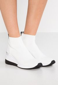 MICHAEL Michael Kors - SKYLER - Sneakersy wysokie - optic white/black - 0