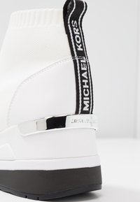 MICHAEL Michael Kors - SKYLER - Sneakersy wysokie - optic white/black