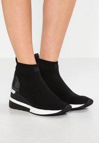 MICHAEL Michael Kors - SKYLER - Sneakers hoog - black - 0