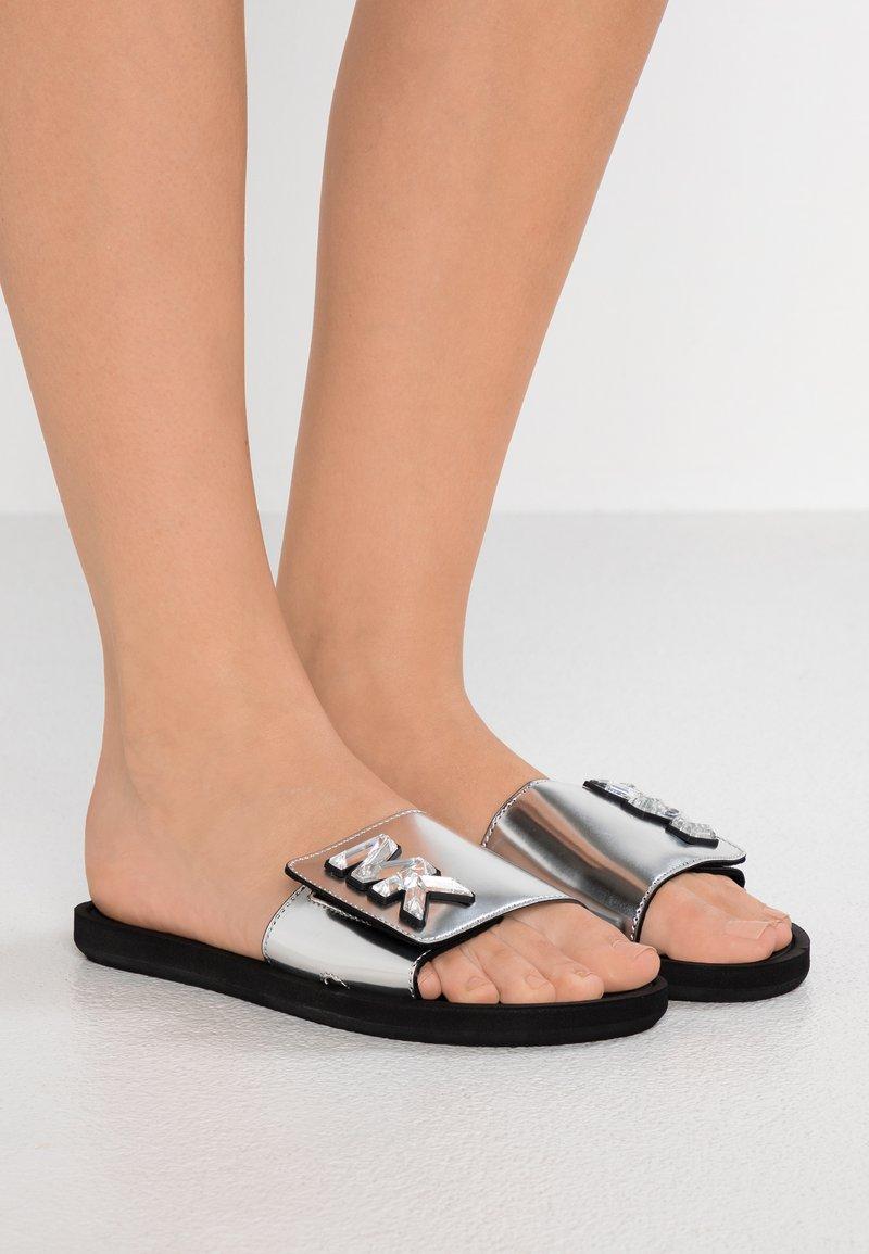 MICHAEL Michael Kors - SLIDE - Pantolette flach - silver