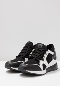 MICHAEL Michael Kors - LIV BUBBLE TRAINER - Sneaker low - black/optic white - 4