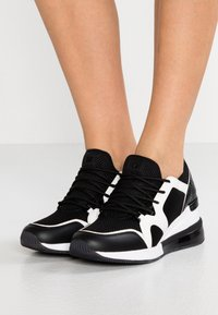 MICHAEL Michael Kors - LIV BUBBLE TRAINER - Sneaker low - black/optic white - 0