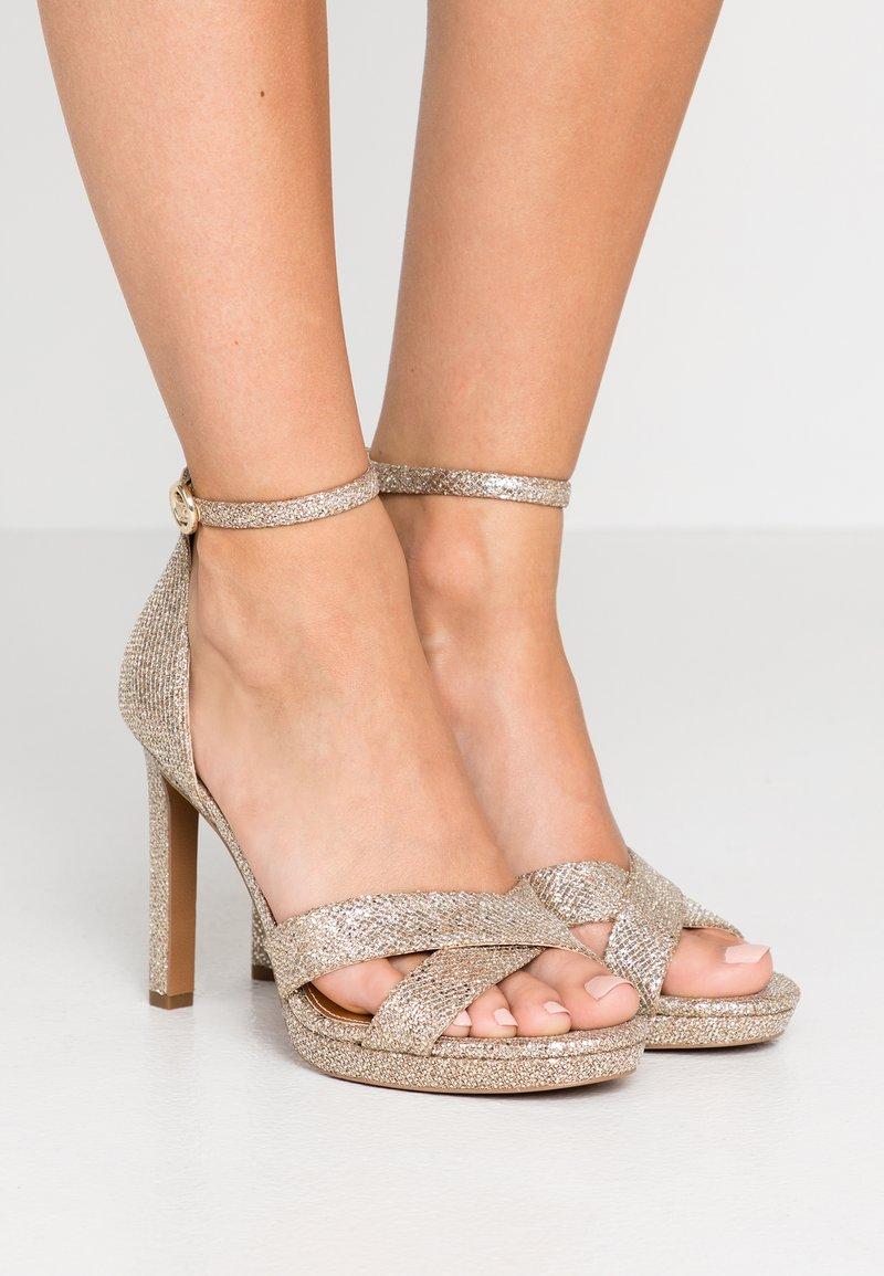 MICHAEL Michael Kors - ALEXIA  - Sandaler med høye hæler - silver/sand