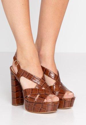 AUDRINA PLATFORM - Sandaler med høye hæler - chesnut
